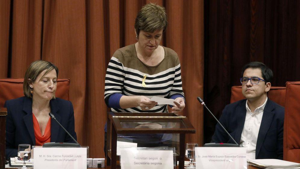Foto: La expresidenta del Parlament Carme Forcadell, el ex vicepresidente segundo José María Espejo-Saavedra y Anna Simó, ex secretaria primera de la Mesa, durante una votación con urna. (EFE)