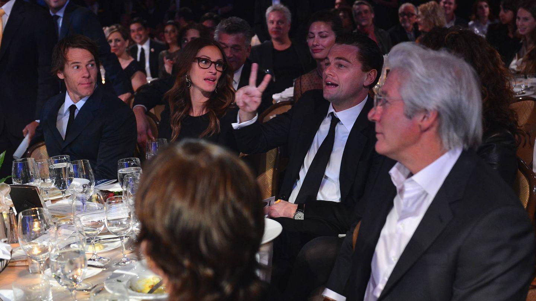 Julia Roberts y Richard Gere,  compartiendo mesa con Leo DiCaprio en 2013. (Getty)