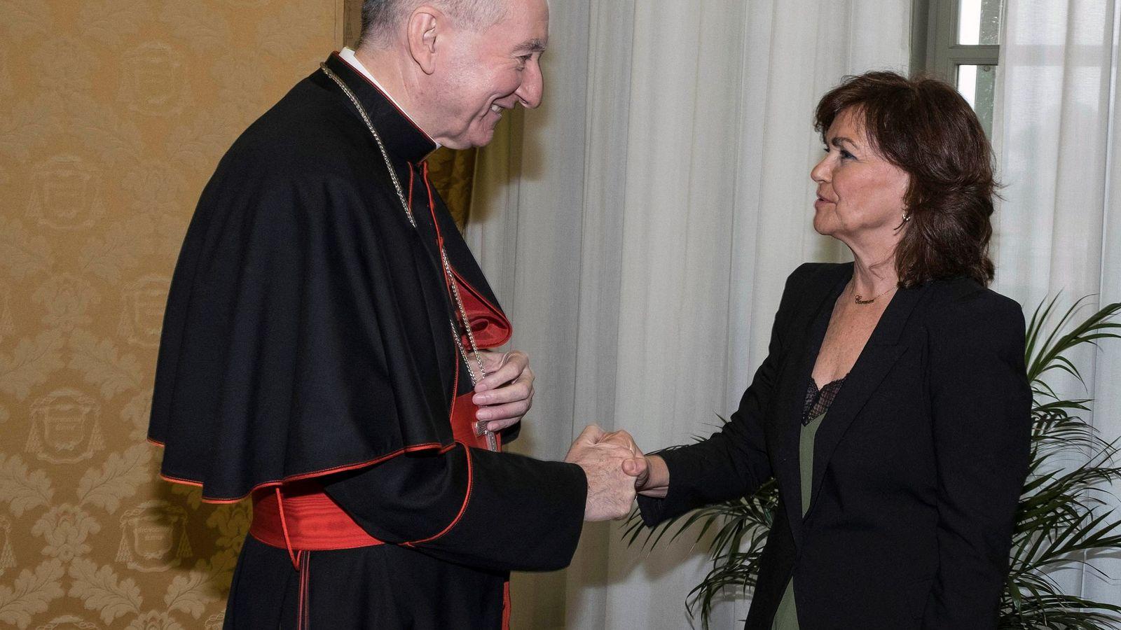Foto: Carmen Calvo saluda al secretario de Estado del Papa, Pietro Parolin, durante su reunión este lunes en Ciudad del Vaticano. (EFE)