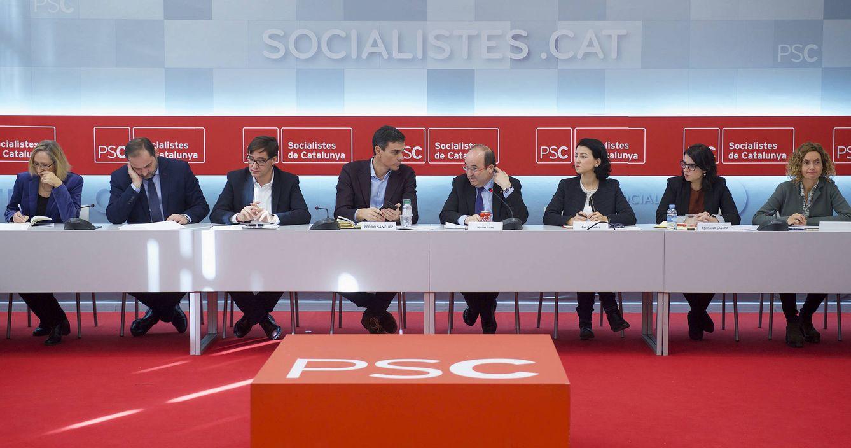 Foto: Pedro Sánchez y Miquel Iceta, flanqueados por sus equipos en la reunión de la ejecutiva del PSC del pasado 22 de diciembre en Barcelona. (Borja Puig   PSOE)