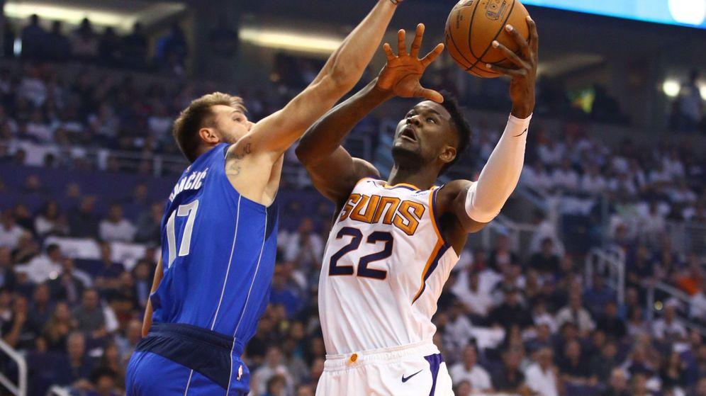 Foto: Luka Doncic y Deandre Ayton durante el Suns-Mavericks. (USA TODAY Sports)