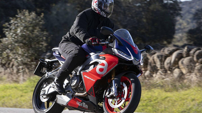 Es una moto compacta y dinámica, que se muestra muy ágil gracias a sus dimensiones.