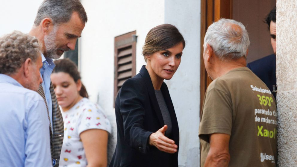 Doña Letizia se mancha los zapatos: así fue la visita de los Reyes a Mallorca