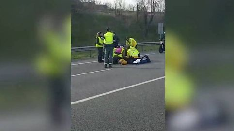 ¿Atropello o irresponsabilidad del taxista? Un coche VTC arrolla a un 'piquete' y se fuga