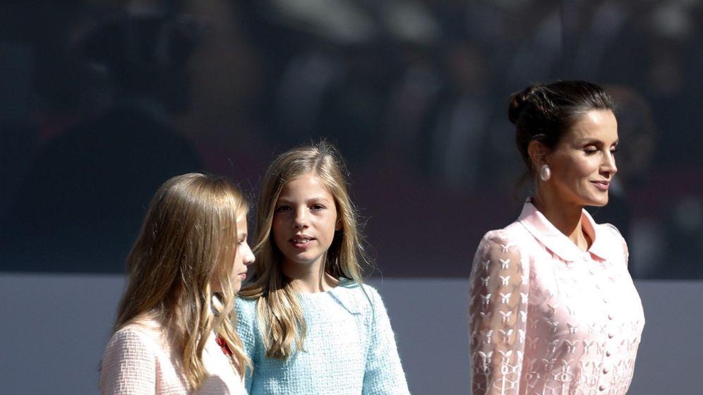 Foto: La reina Letizia y sus hijas, en el Día de la Fiesta Nacional. (EFE)