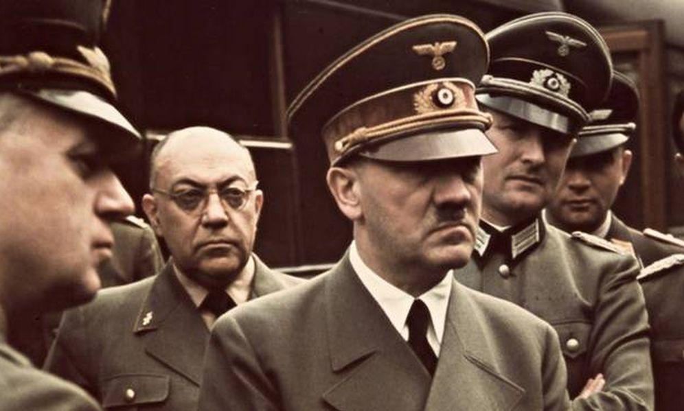Foto: El doctor Theodor Morell (a la izquierda, detrás de su paciente, Adolf Hitler)