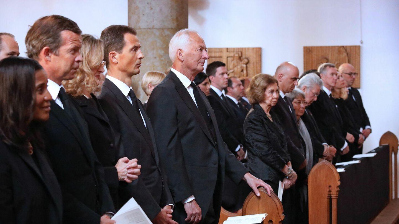 La familia real de Liechtenstein y al fondo la reina Sofía. (EFE)