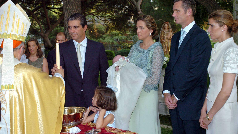 Rosario Nadal, los exduques de Palma y Pedro López Quesada, en el bautizo de Irene Urdangarin. (Getty)