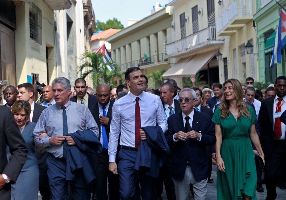 Foto: Pedro Sánchez y su mujer pasean por La Habana Vieja con el presidente de Cuba, Miguel Díaz-Canel (i) y el historiador de la ciudad, Eusebio Leal, este 23 de noviembre. (EFE)