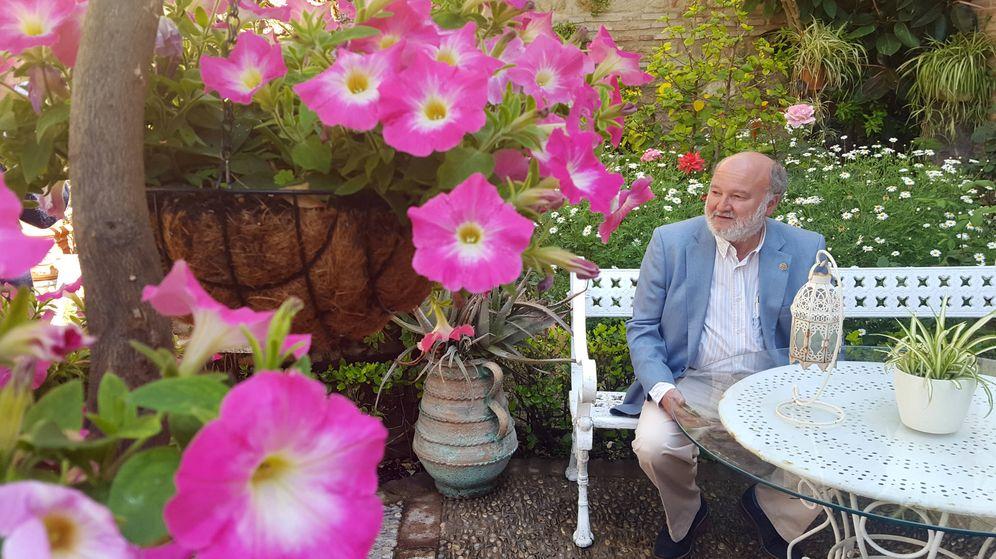 Foto: Lumbreras posa en un típico patio cordobés. (A.P.)
