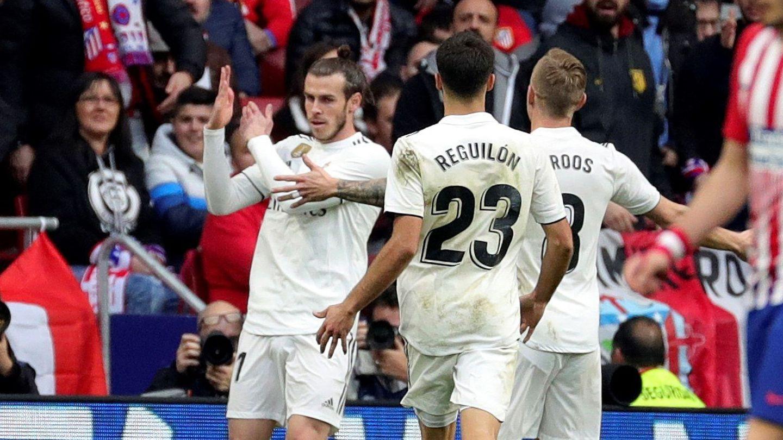 Bale hace un corte de mangas tras marcar en el derbi del Wanda Metropolitano. (Efe)