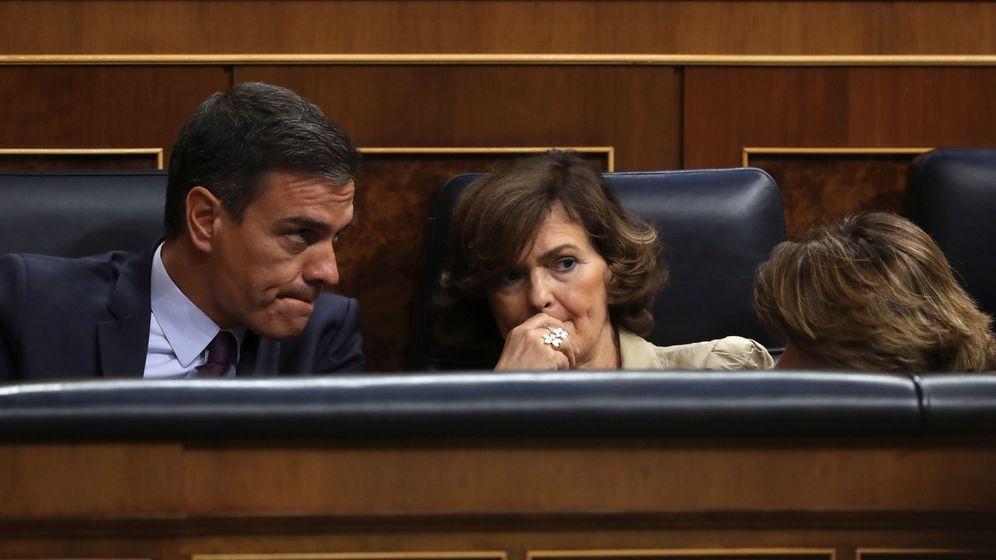 Foto: Pedro Sánchez y Carmen Calvo en el Congreso. (EFE)