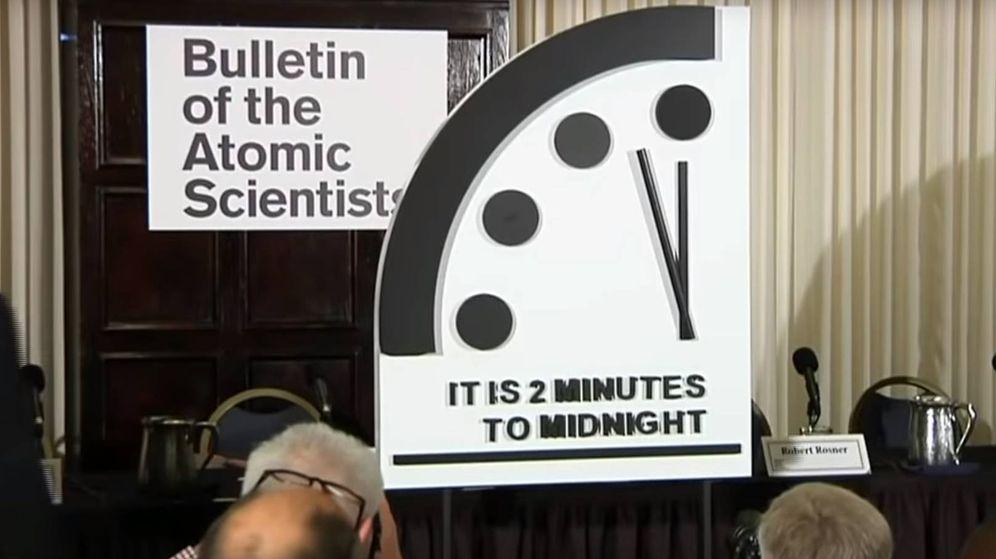 Foto: Momento en el que se descubre el estado del Reloj del Apocalipsis. (CC/Youtube)