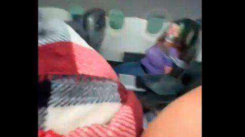 Atan a una mujer a su asiento por querer abrir la puerta del avión en pleno vuelo