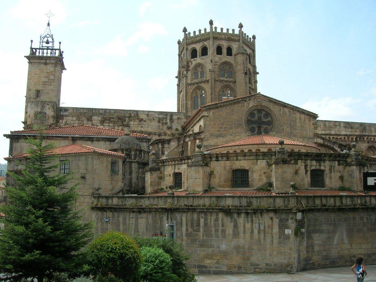Foto: Fachada exterior de la Catedral de Ourense que honra la figura de San Martín
