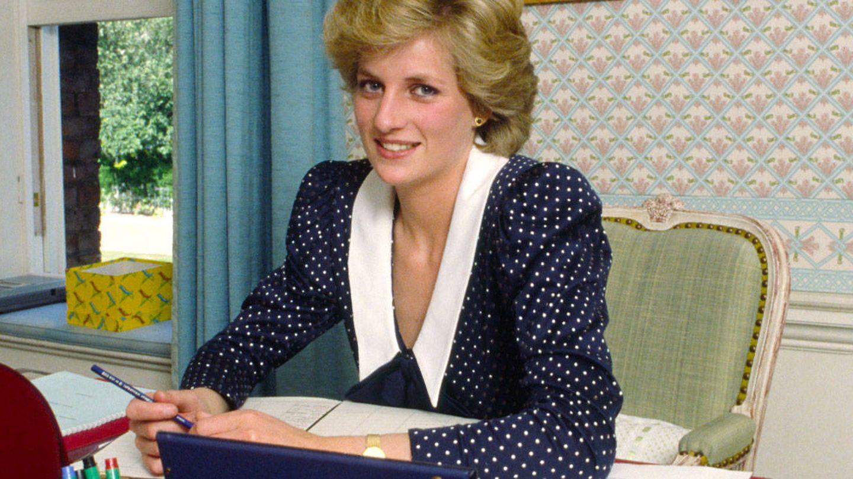 Diana de Gales, trabajando en su despacho. (Getty)