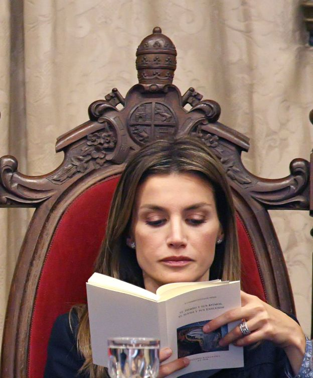 Foto: Doña Letizia leyendo un libro durante un acto oficial (Gtres)