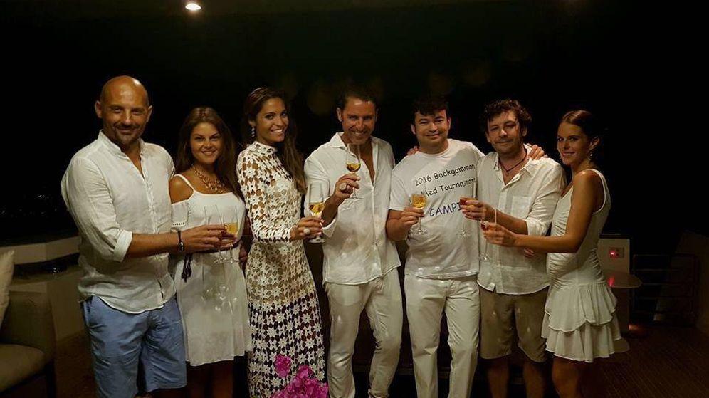 Foto: Los novios junto a sus invitados (Vanitatis)