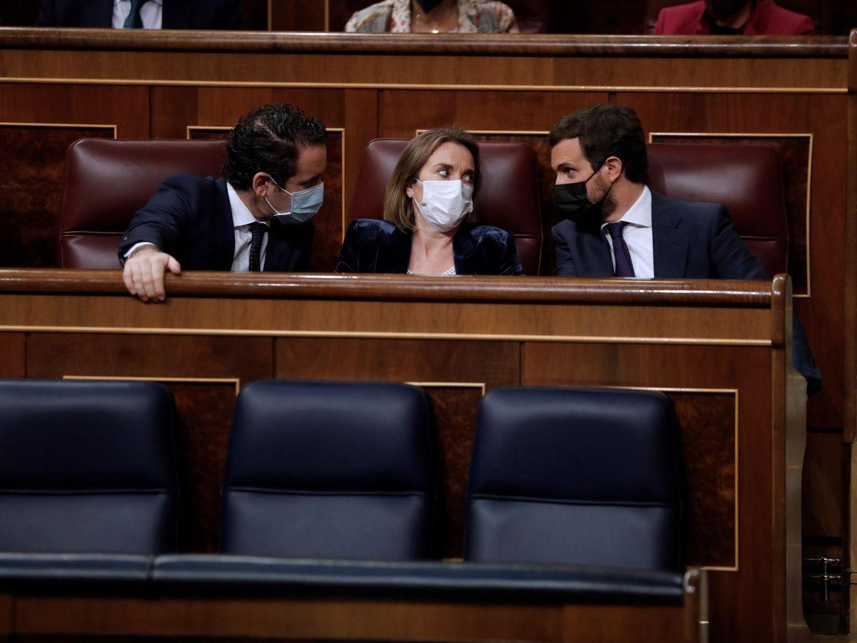 Foto: El presidente del PP, Pablo Casado (d), conversa con sus diputados Teodoro García Egea (i) y Cuca Gamarra. (EFE)