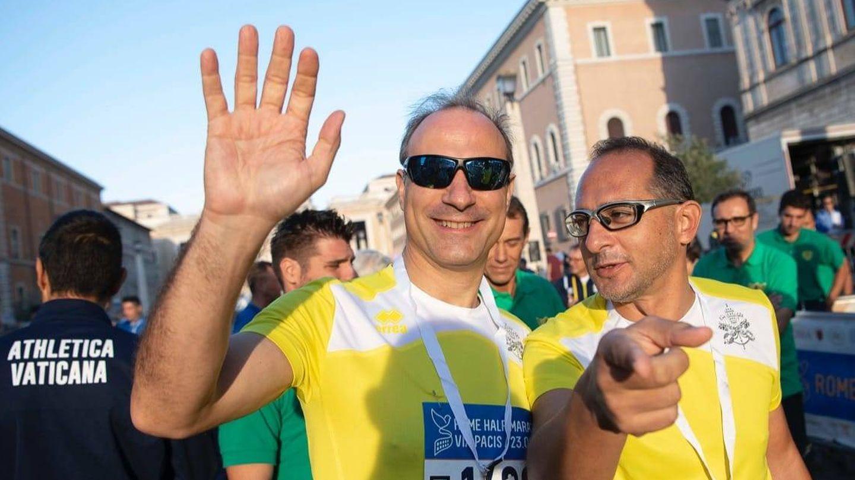 Melchor Sánchez de Toca (i) también se ha animado a correr. (Foto: Athletica Vaticana)