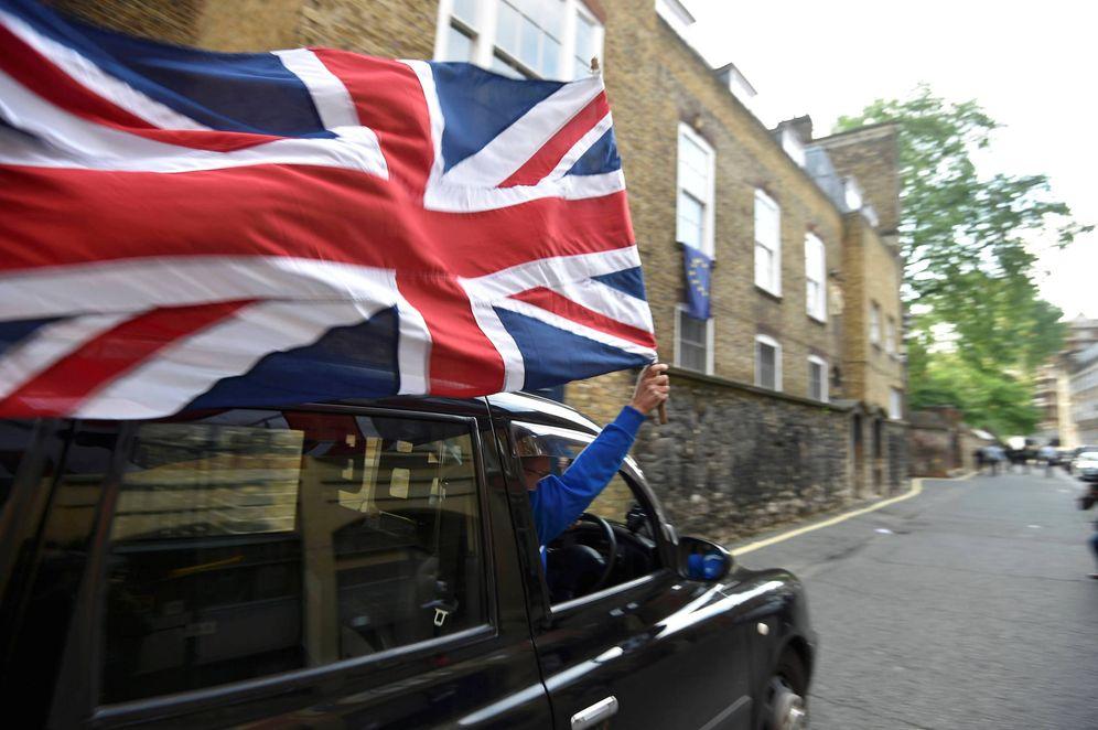 Foto: Un taxista celebra el resultado del referéndum en Londres, el 24 de junio de 2016 (Reuters).