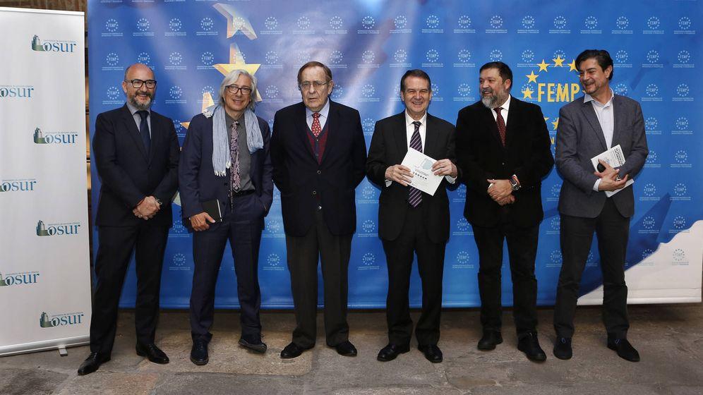 Foto: En la foto, Jesús Caldeiro (IPSOS), Ramiro Aurín (OSUR), Ramon Tamames (OSUR), Abel Caballero (FEMP), Francisco Caamaño (OSUR) y Juan Ávila (FEMP).
