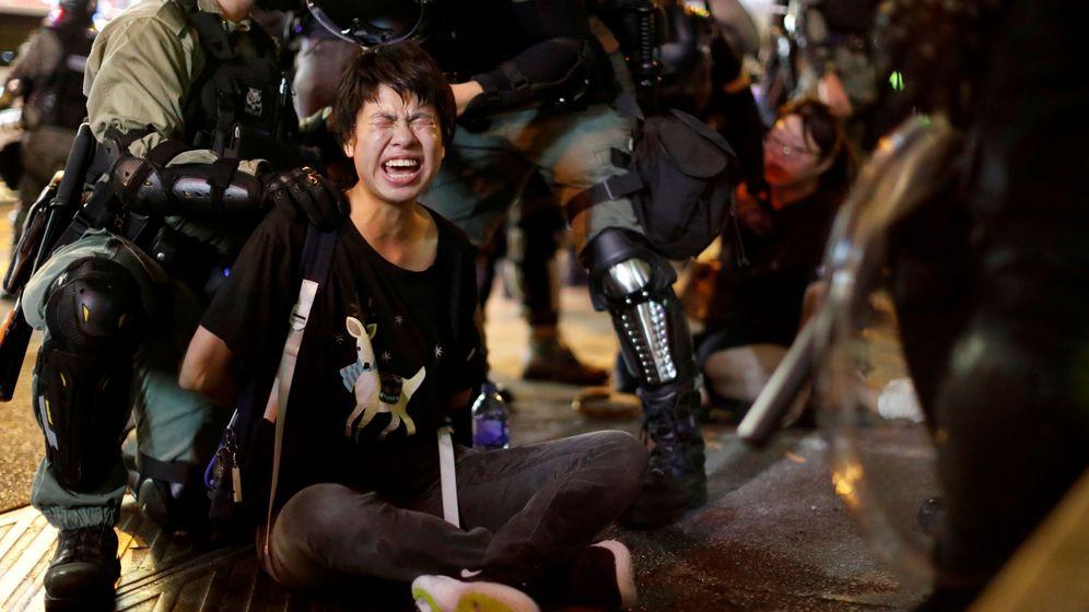 Foto: Agentes de policía detienen a un manifestante durante las protestas en Hong Kong. (Reuters)