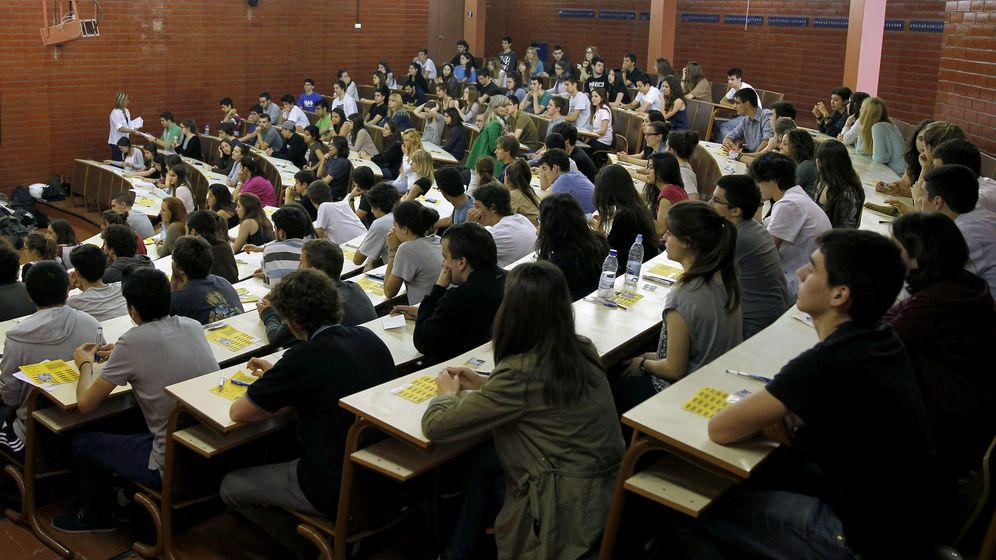 Foto: Alumnos en la prueba de selectividad en la Facultad de Biología de la Universidad de Barcelona. (EFE/Alberto Estévez)