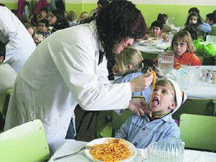 Los comedores infantiles abusan de la carne en los menús