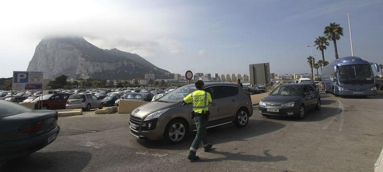 Foto: Fila de coches a la entrada de Gibraltar, el pasado agosto (Efe)