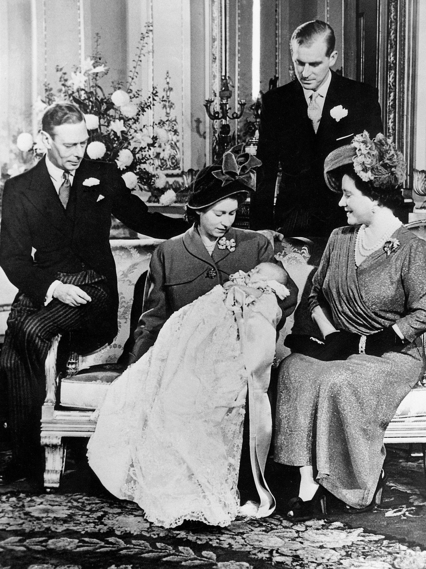 La entonces princesa Isabel, con su marido, sus padres y su hijo Carlos. (Cordon Press)