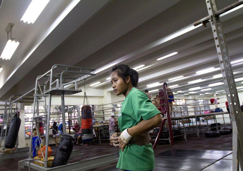 Foto: Una joven tailandesa en un centro de entrenamiento (Biel Calderón)