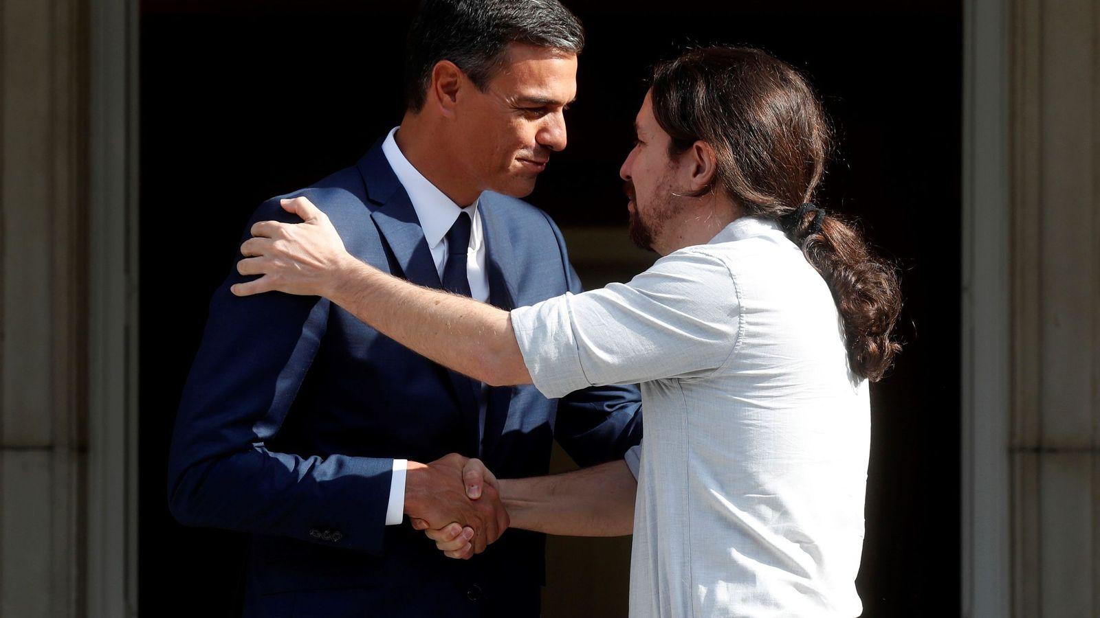 Foto: El presidente del Gobierno, Pedro Sánchez, recibe en Moncloa al secretario general de Podemos, Pablo Iglesias. (EFE)