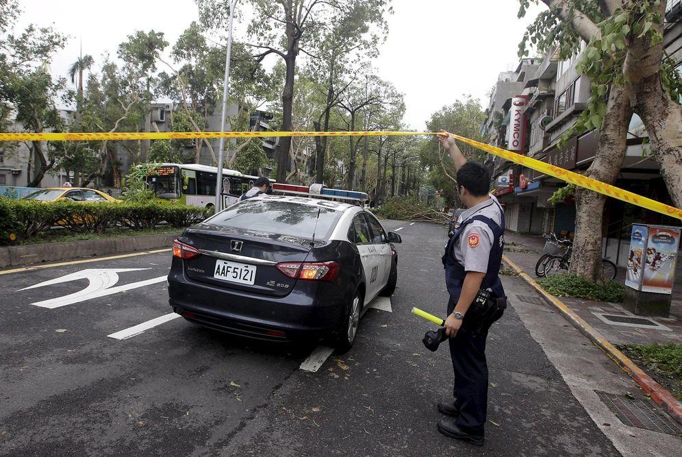 Foto: Un oficial de policía acordona una carretera bloqueada por árboles caídos tras el paso del tifón Dujuan en Taipei, en septiembre de 2015 (Reuters)