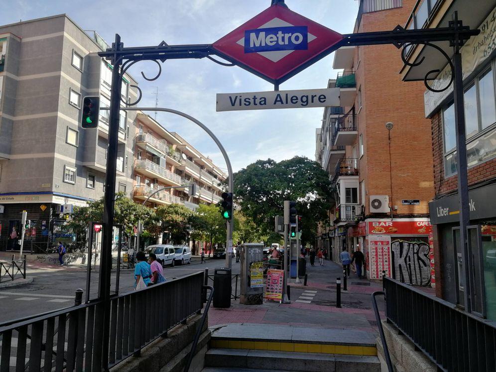 Foto: Aunque la zona de salud Vista Alegre está cerrada, la entrada al metro queda fuera de la cuarentena. (Foto: Héctor G. Barnés)