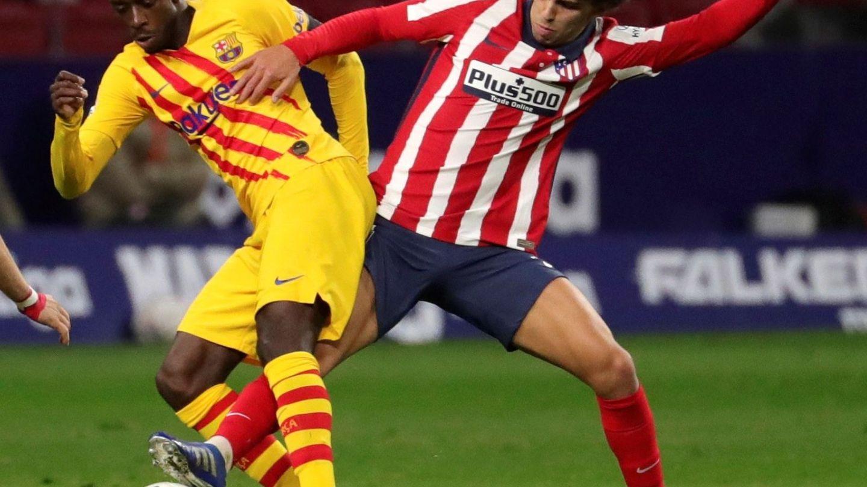 Dembelé y Joao Félix pugnan por un balón. (Efe)