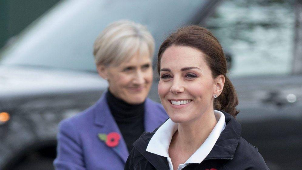 Foto: Kate Middleton y Catherine Quinn, su secretaria personal. (Cordon Press)