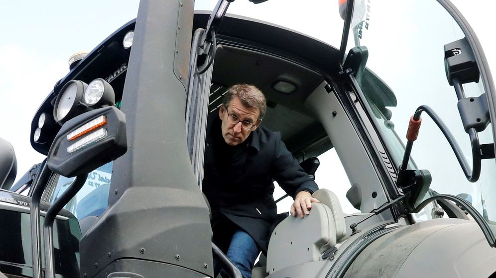 Foto: El presidente de la Xunta, Alberto Núñez Feijóo, en un tractor de grandes dimensiones el pasado lunes durante la visita a una explotación ganadera. (EFE)