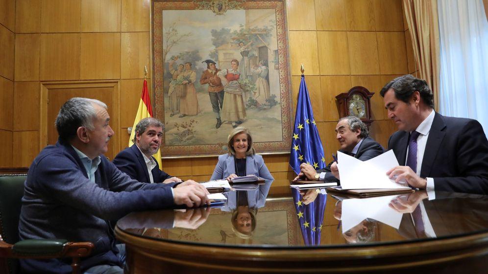 Foto: Mesa de negociación entre el Gobierno, los sindicatos y las patronales. (EFE)