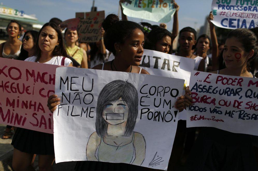 Foto: Estudiantes se manifiestan en contra de las violaciones durante el Día Internacional de la Mujer, el 8 de marzo de 2015. (Reuters)