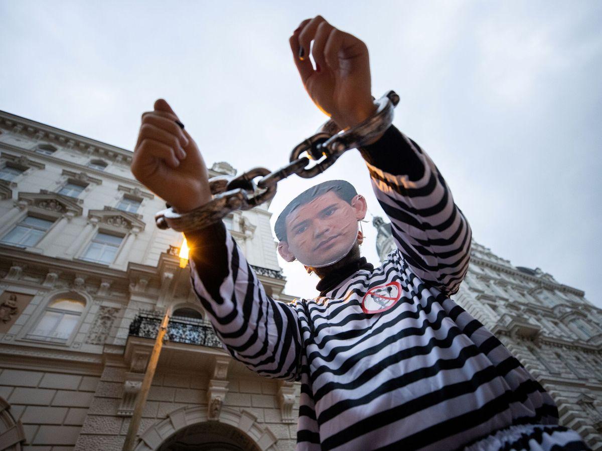Foto: Un manifestante con careta de Sebastian Kurz, frente a la sede de su partido. (Reuters)