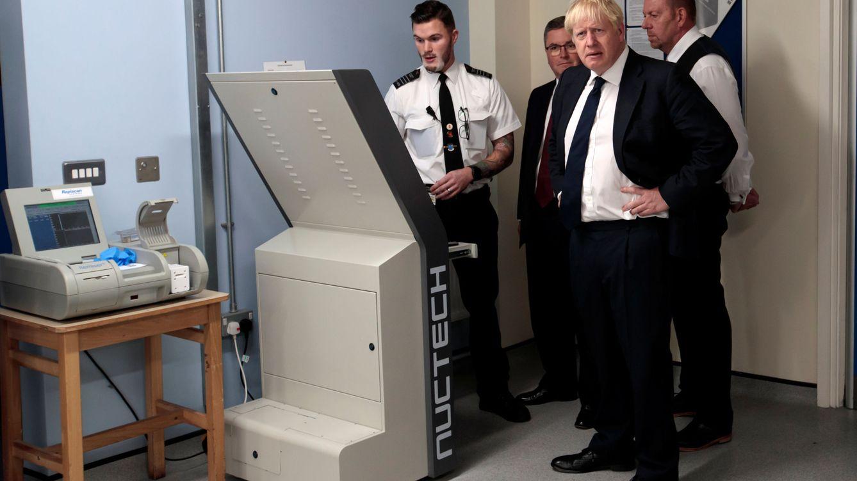 Londres prueba escáneres corporales en el metro para detectar armas y explosivos