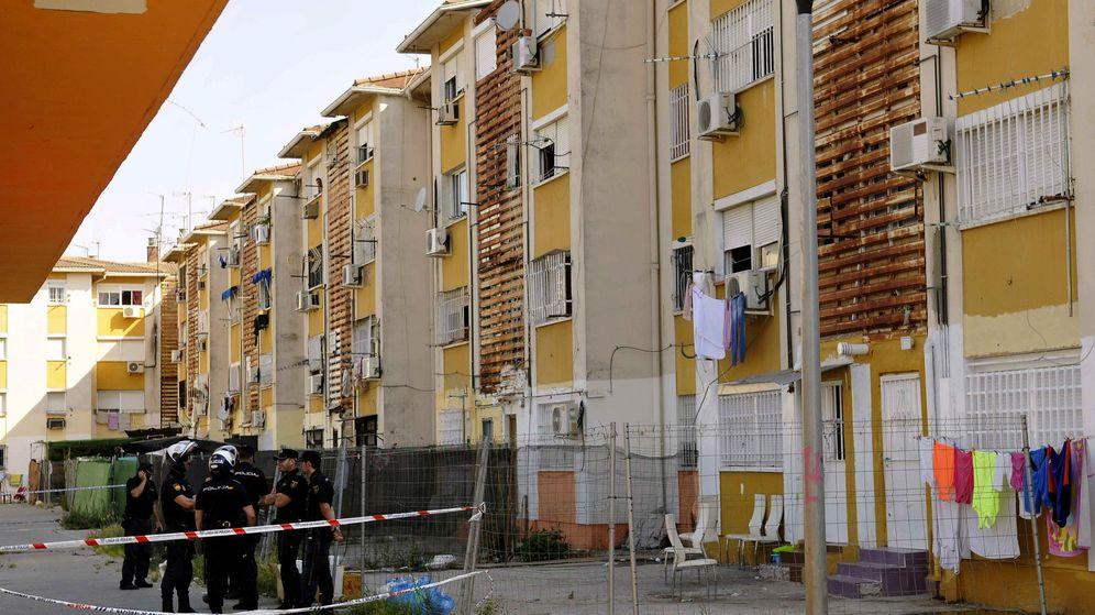 Foto: Imagen posterior al tiroteo en el edificio de las Tres Mil Viviendas de Sevilla donde falleció la menor. (EFE)