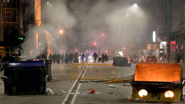 Las calles de Burgos, durante los altercados contra las restricciones de movilidad. (EFE)