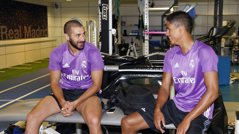 Foto: Benzema y Varane en el reconocimiento médico (EFE)