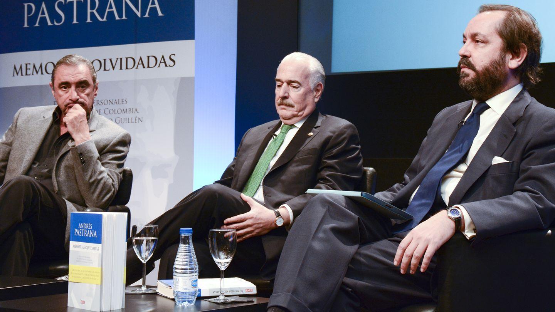 Los periodistas Carlos Herrera y Ramón Pérez Maura escoltan a Pastrana (Fotografías cedidas por Casa de América)