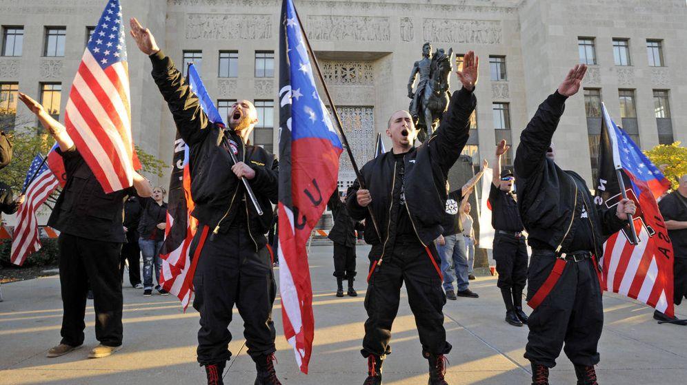 Foto: Miembros del movimiento Salute durante un acto neonazi ante los juzgados de Jackson County, en Kansas City. (Reuters)