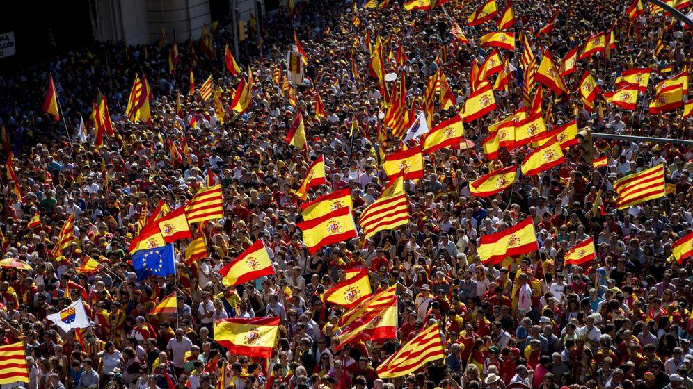 Foto: Asistentes escuchan los discursos al final de la manifestación convocada por Societat Civil Catalana este domingo en Barcelona. (EFE)
