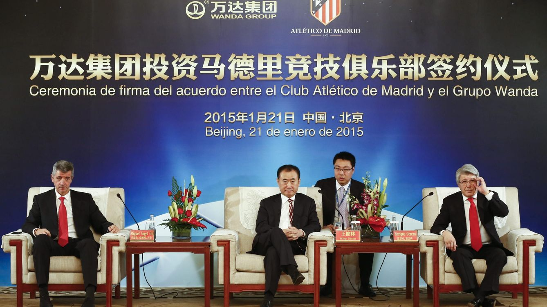Foto: El día en que se firmó el acuerdo con Wang Jianlin (EFE).