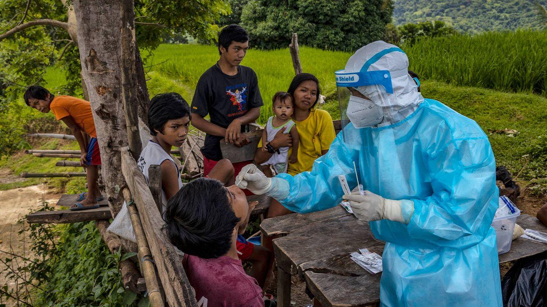 Foto: Un enfermero realiza un test de covid-19 en Filipinas. (Getty)